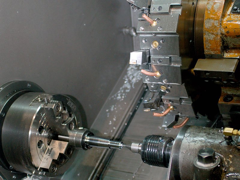 Lavorazione CNC su parti del telaio.
