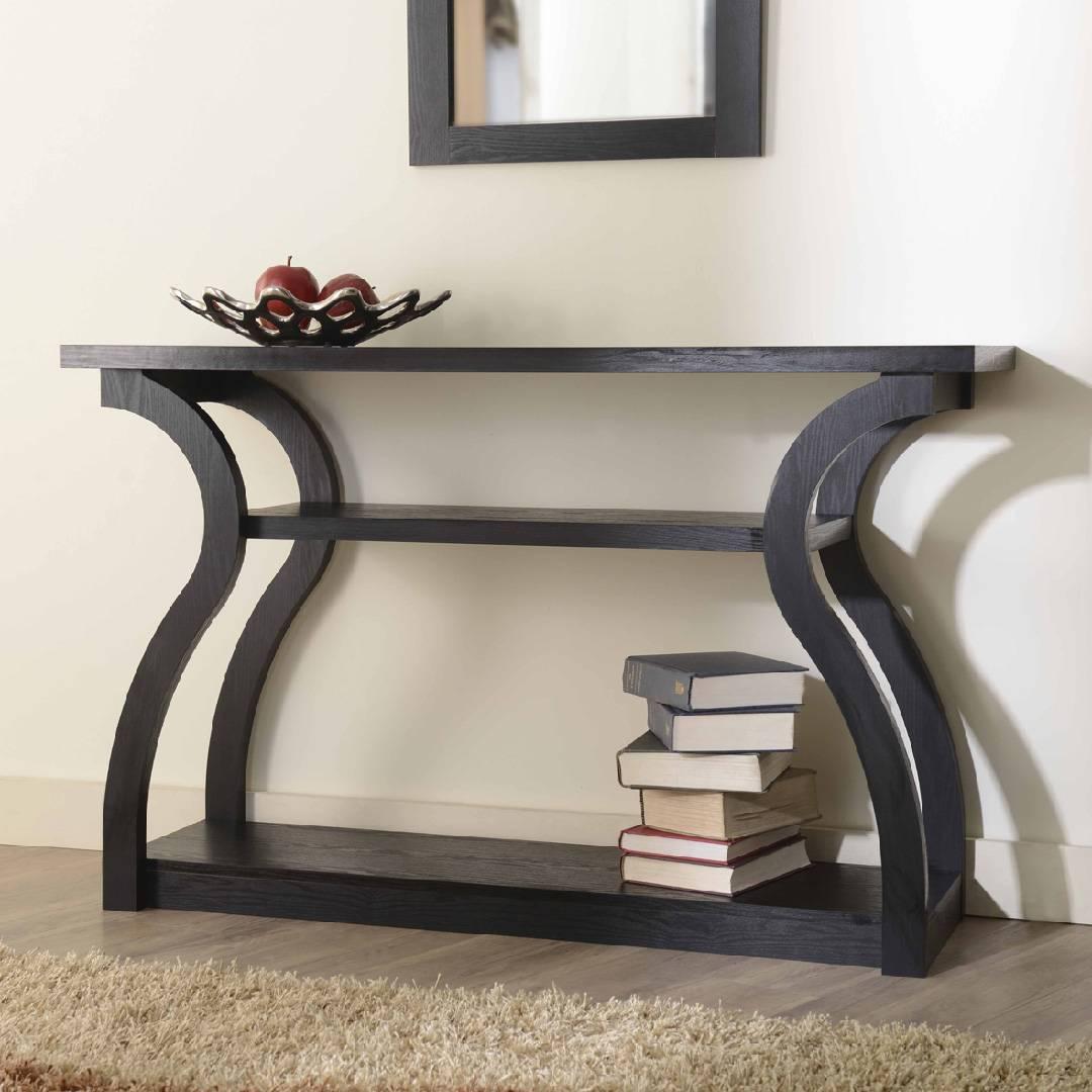 Wąski wysoki stolik w kształcie serca, w kolorze ciemnobrązowym.
