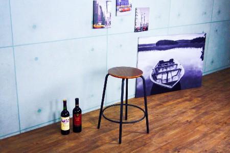 Stile industriale di sedie da bar in legno - Sedie da bar in stile industriale in noce dal gusto fashion.