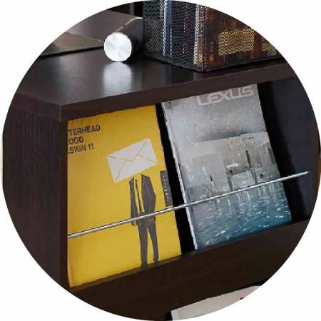 Il lato destro della scrivania offre riviste, libri posizionati.
