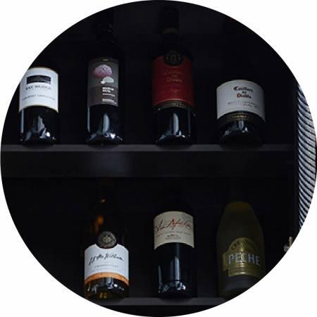 Cave à vin avec espace de rangement à trois étages.
