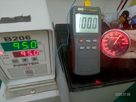 恆溫水槽測試感應器精準度。