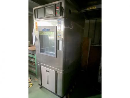 La chambre de température et d'humidité programmable simule une température difficile.