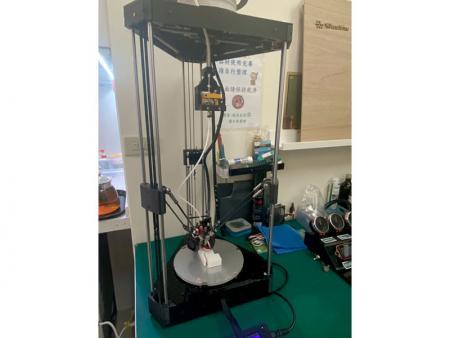 La stampante 3D può stampare il campione per testare l'adattamento delle parti.