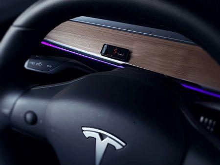 Le contrôleur d'accélérateur s'intègre dans la Tesla