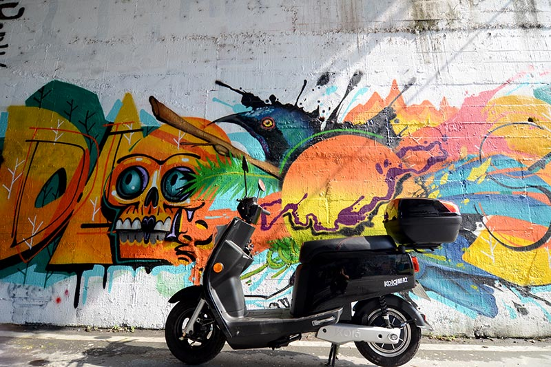 "Street snap of electric scooter ""KOLA""."