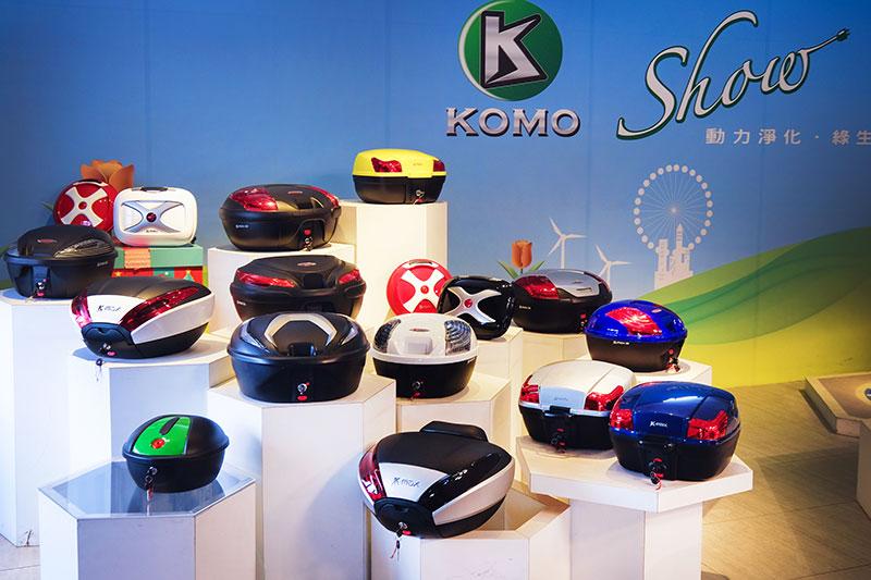 Das Bild zeigt den kreativen Ausstellungsbereich in der Fabrik, der sich aus verschiedenen Rollern und den Plastik-Outfits von ATV zusammensetzt.