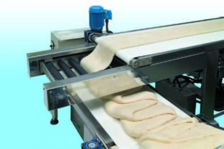 Expanding folding mechanism swings dough belt with margarine inside onto the delivering conveyer to make layers of pastry.