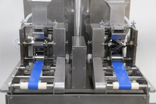 Två formningsformar kan samtidigt göra produkter i olika former