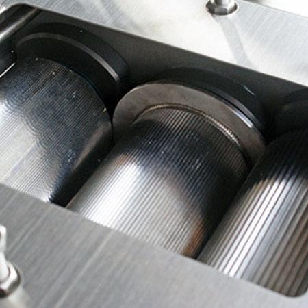 Seis rolos de a?o inoxidável em uma máquina.