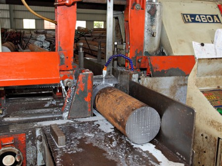 Ju Feng can offer customers the cutting service for large outer diameter of steel material.