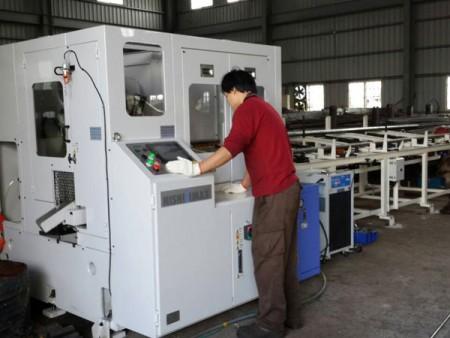 يمكن لـ Ju Feng قص قضبان الصلب مع آلة المنشار الدائري المتطورة لعملائها.
