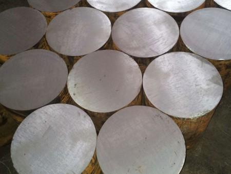 السطح الناعم للقضيب الفولاذي الجاهز بعد القطع بواسطة آلات المنشار الدائري لـ Ju Feng.