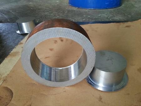 Het afgewerkte staalproduct na het boren in het boorcentrum van Ju Feng