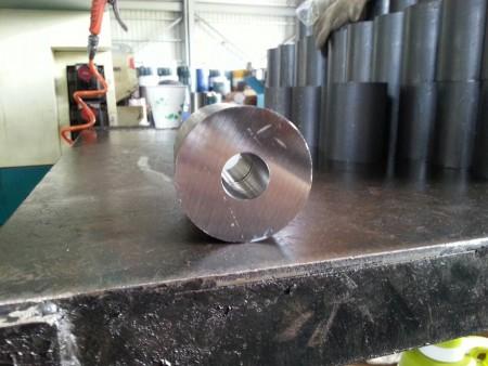 Het afgewerkte staalproduct na boren met hoge snelheid in het boorcentrum van Ju Feng