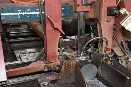 لدى JFS عدة مجموعات من آلات قطع المنشار الشريطي.
