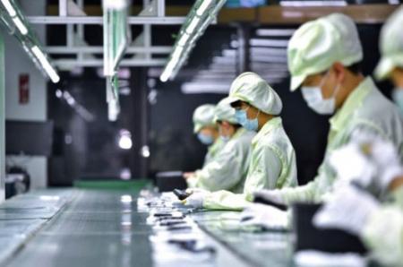 Wykwalifikowani operatorzy montują produkty na linii montażowej.