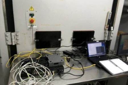 يراقب المعمل حالة اختبار جهاز التوجيه الخلوي الصناعي.