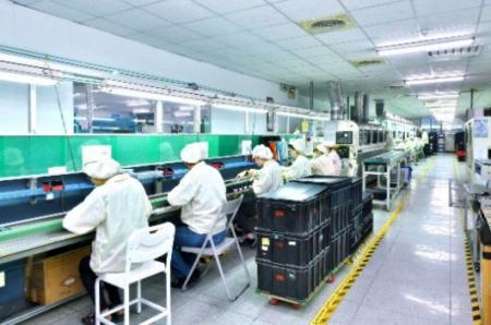 訓練有素的操作人員謹慎地檢查昇頻產品零組件
