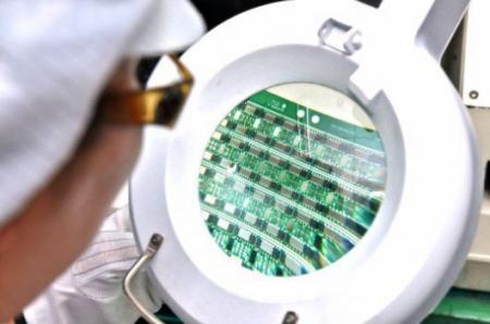 Wykwalifikowany personel korzysta z profesjonalnej maszyny do sprawdzania podzespołów.