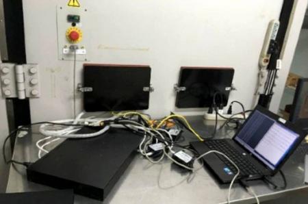 Laboratorium pokazuje stan testów przemysłowego routera komórkowego.