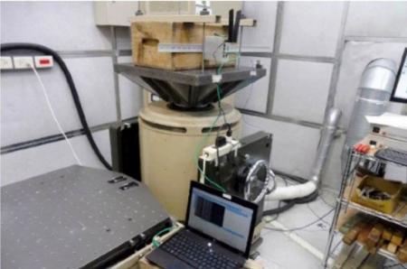 Industriell cellulär router utför vibrationstester på ett laboratorium.