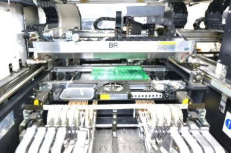 Używanie profesjonalnej maszyny do montażu produktów.