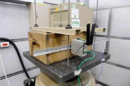 Utvärdera testvibrationer för trådlös industriell router.