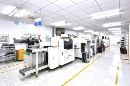 تشغيل المعدات الدقيقة لتصنيع المنتجات.