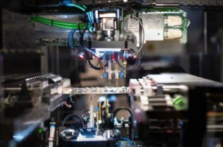 Precyzyjna maszyna służy do montażu produktów.