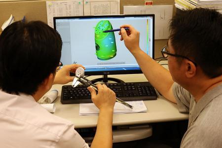 كان مهندسو البحث والتطوير يناقشون تصميم منتج OEM.