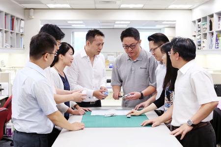 Inginerii de cercetare și dezvoltare discutau un proiect OEM cu echipa de vânzări.