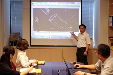 Os engenheiros de P&D estavam discutindo um projeto OEM com a equipe de vendas.