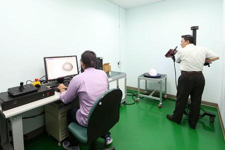 Inginerii de cercetare și dezvoltare utilizează un scanner 3D pentru un proiect OEM.