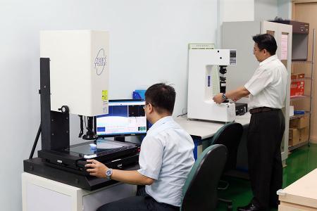 Os engenheiros de P&D usavam equipamentos de inspeção para um projeto OEM.