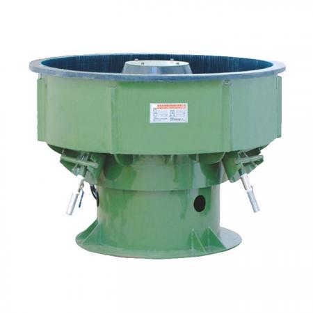 Les pièces à usiner sont placées dans la cuve d'un gobelet vibrant et l'action vibratoire fait frotter le support contre les pièces à usiner qui broient tout l'angle aigu.