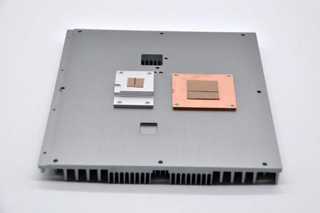 産業用コンピュータのシャーシに組み立てられたサーマルグリースを使用したヒートブロックと銅ブロック。