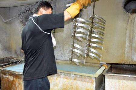 Performing Alkali treatment during the anodizing process to make the aluminum surface smoother and improve the texture after the anodizing.