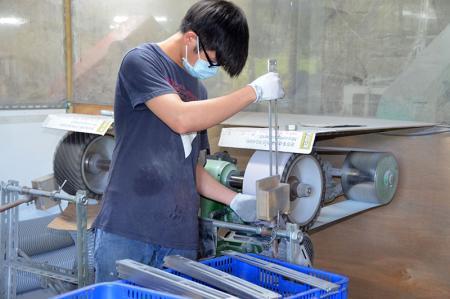 製品は、表面を滑らかにするために鋭角を修正するために研磨されています。