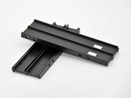 Rail DIN anodisé noir usiné CNC