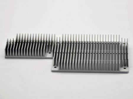 Dissipateurs thermiques anodisés en argent avec usinage CNC - Dissipateurs thermiques de carte mère personnalisés