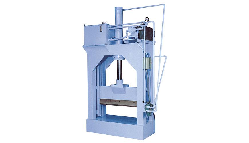 हाइड्रोलिक कटिंग मशीन बड़े आकार के प्लास्टिक उत्पादों को छोटे टुकड़ों में काटने के लिए है।