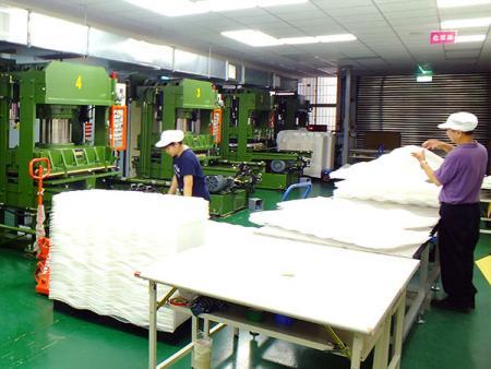 興化成塑膠容器服務生產流程—裁斷機