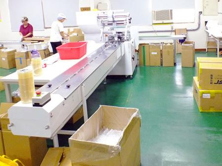 Food grade plastic container horizontal packaging machine.