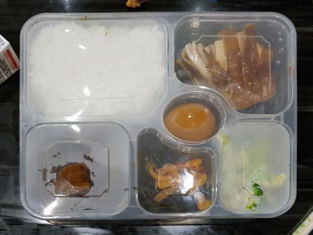 Sáu hộp cơm bằng nhựa kín với môi trường được niêm phong.
