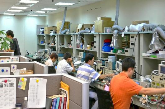 实验室里认真的万加研发团队。