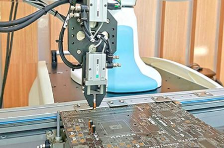 挿入用ロボットアーム。
