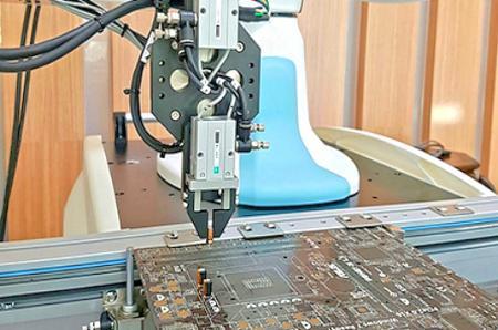 ذراع الروبوت للإدخال.