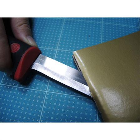 Cuchillo de demolición para cortar papel ondulado.