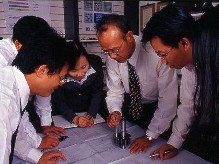 Wir verwalten Projekte durch Teamarbeit, um Ansichten von allen Punkten so vollständig wie möglich abzudecken.